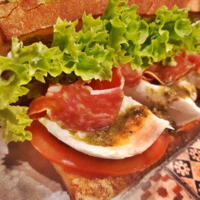 Σάντουιτς με χωριάτικο ψωμί, σαλάμι με τρούφα