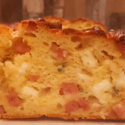 Αλμυρό κέικ με γραβιέρα Κρήτης, καπνιστό κοτόπουλο