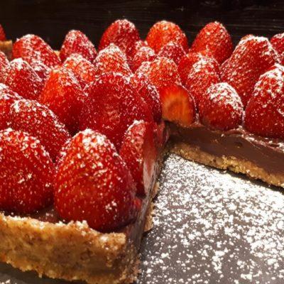 Τάρτα σοκολάτας με φρέσκες φράουλες και βάση από αλμυρά κράκερς