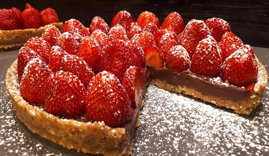 Τάρτα σοκολάτας με φράουλες, με βάση από αλμυρά κράκερς