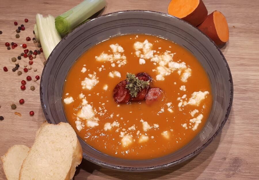 Σούπα βελουτέ με γλυκοπατάτα, λουκάνικα αγριογούρουνου, πράσο και φέτα