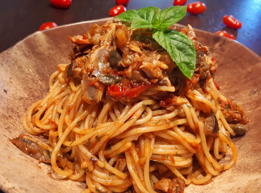 Σπαγγέτι με φιλετάκια γαύρου και σάλτσα από ντοματίνια φούρνου